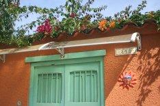 Die Blumenranken über der Tür, die Sonne und die leuchtenden Farben haben es mir angetan.