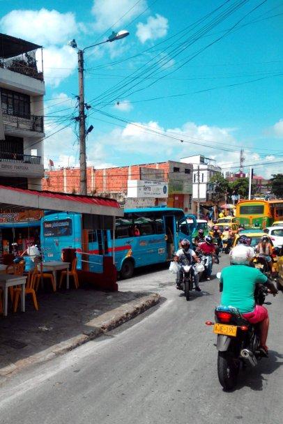 Ein Foto aus dem Fenster des Busses auf das Verkehrschaos. Jeder fährt, wo er will.